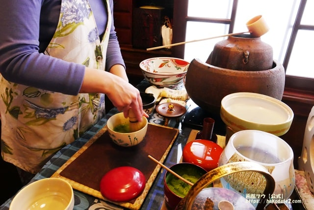 函館・旧茶屋亭では、その場でお茶を点ててくれる