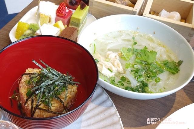 函館朝食のウニぎり茶漬けとフォー