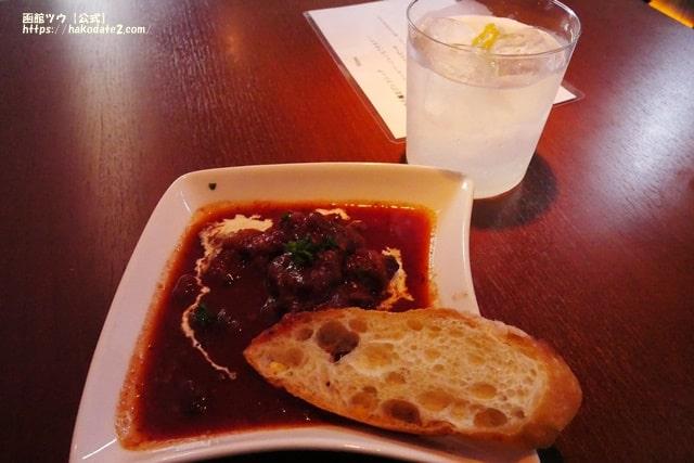 BAR SHARES HISHII 柚子薫るジントニックと北海道産牛の赤ワイン煮込み