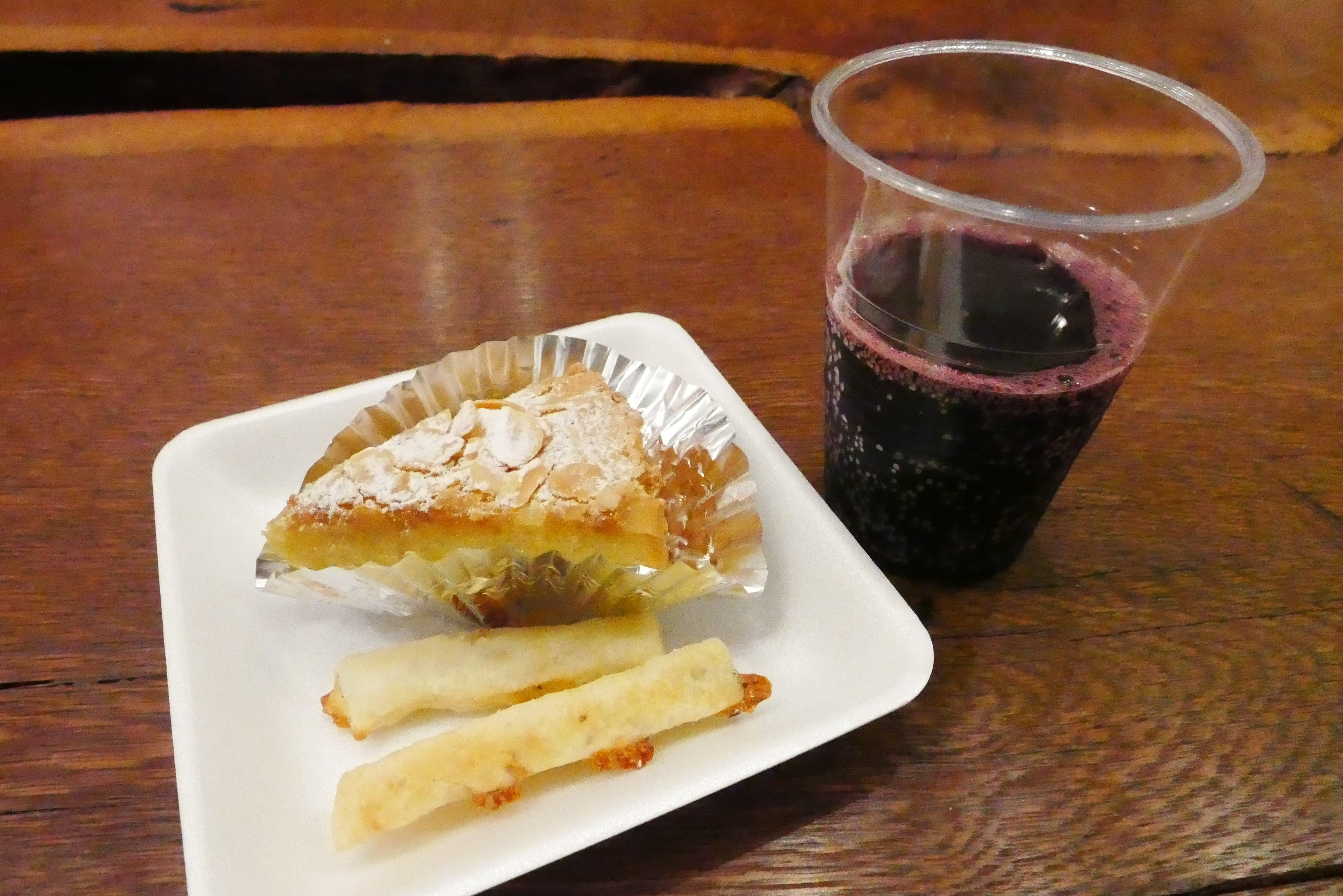 釧路パティスリージャンレイのタルタサンチャーゴとスパークリングワイン赤
